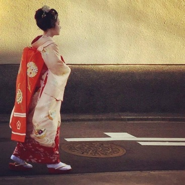 Maiko waiting for her client
